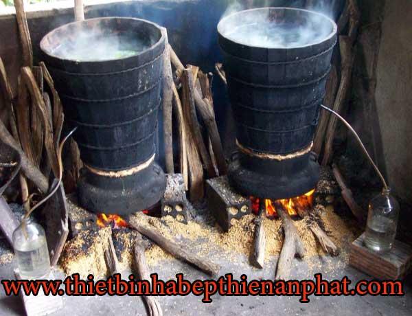 nồi nấu rượu bằng than củi khói bụi